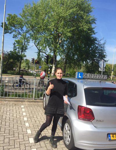 Geslaagde leerling voor haar rijbewijs met rijles Haarlem